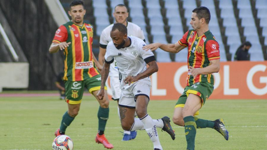 Chay, do Botafogo, carrega a bola sob marcação no duelo com o Sampaio Corrêa, pela Série B do Brasileiro - IURY OLIVEIRA/UAI FOTO/ESTADÃO CONTEÚDO