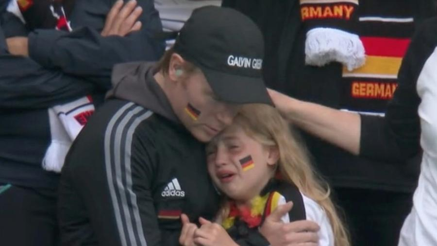 Torcedora alemã foi filmada chorando durante derrota da Alemanha para a Inglaterra, na Eurocopa - Reprodução