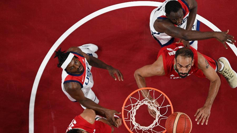 Hamed Haddadi foi o primeiro iraniano a figurar na NBA - ARIS MESSINIS/AFP