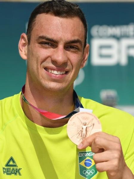 Fernando Scheffer exibe a medalha de bronze que conquistou nos Jogos Olímpicos de Tóquio - Thiago Diz/Divulgação