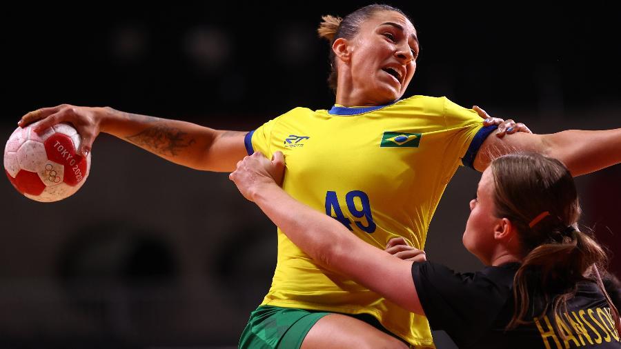 Patricia Machado em ação pelo Brasil contra a Suécia no handball olímpico - Susana Vera/Reuters
