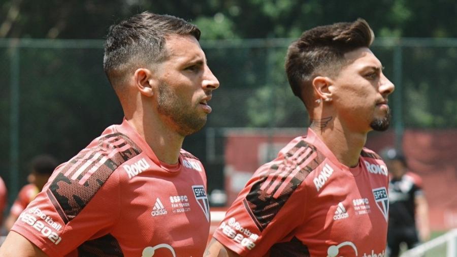 Jonathan Calleri e Emiliano Rigoni correm no gramado do CT da Barra Funda durante treino do São Paulo - Erico Leonan / saopaulofc