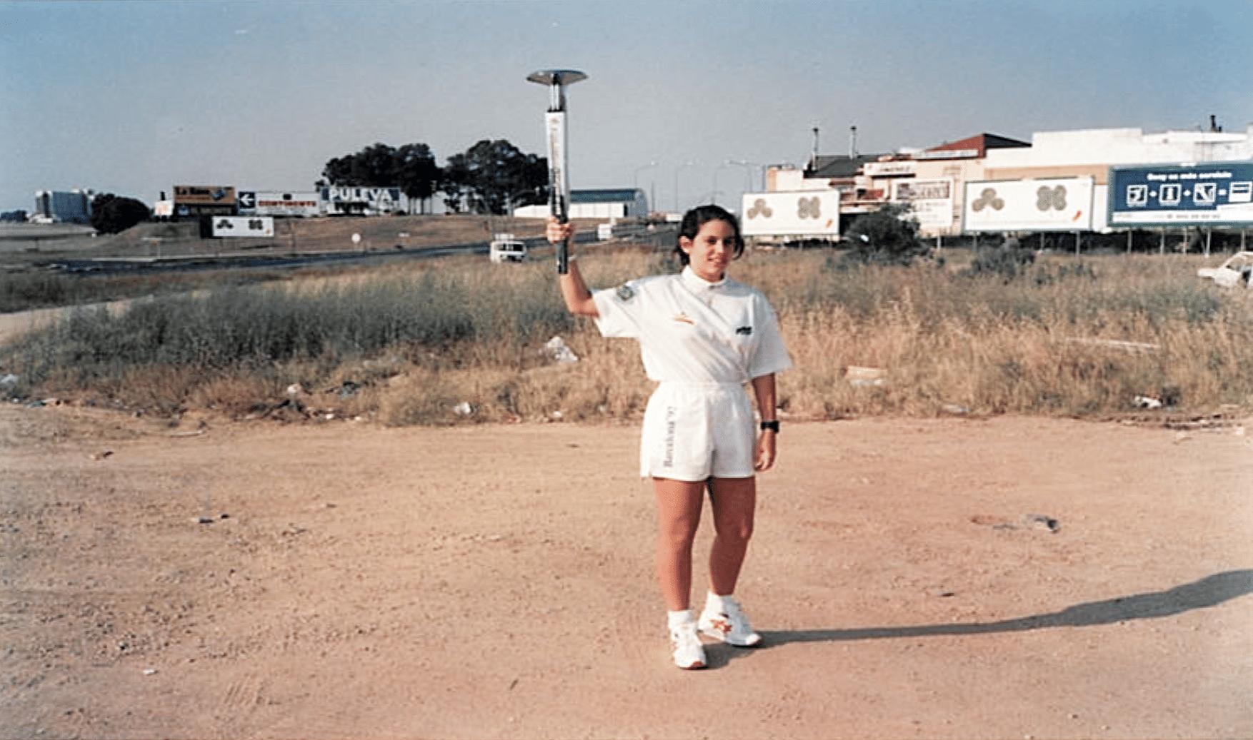 24.jun.2015 - Lara Leite de Castro, primeira brasileira a conduzir a tocha olímpica, carregou o fogo dos Jogos de Barcelona-1992 num percurso próximo a Sevilha.