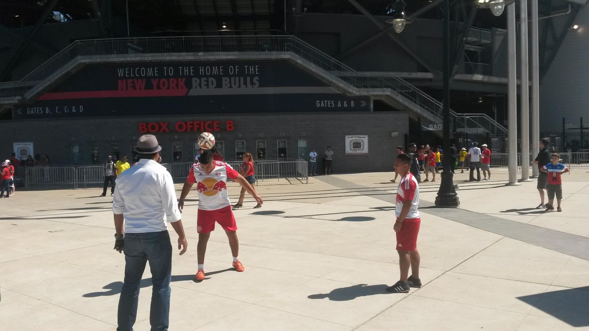 Torcedores se concentram antes do jogo entre Brasil e Costa Rica