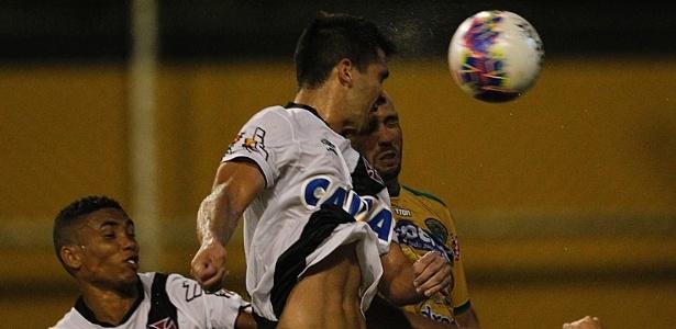 Zagueiro Luan, ao centro, está de volta ao Vasco contra o Tigres após cumprir suspensão