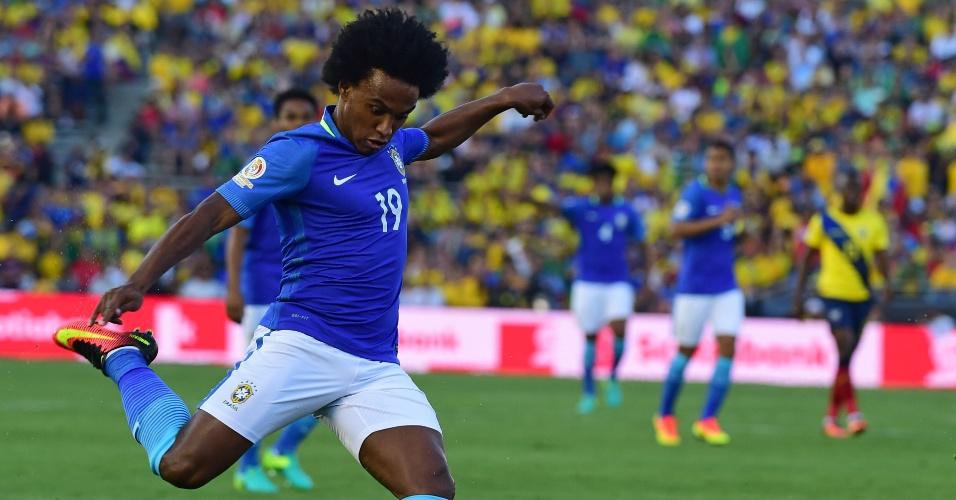 Willian faz jogada para o Brasil no duelo de estreia na Copa América contra o Equador
