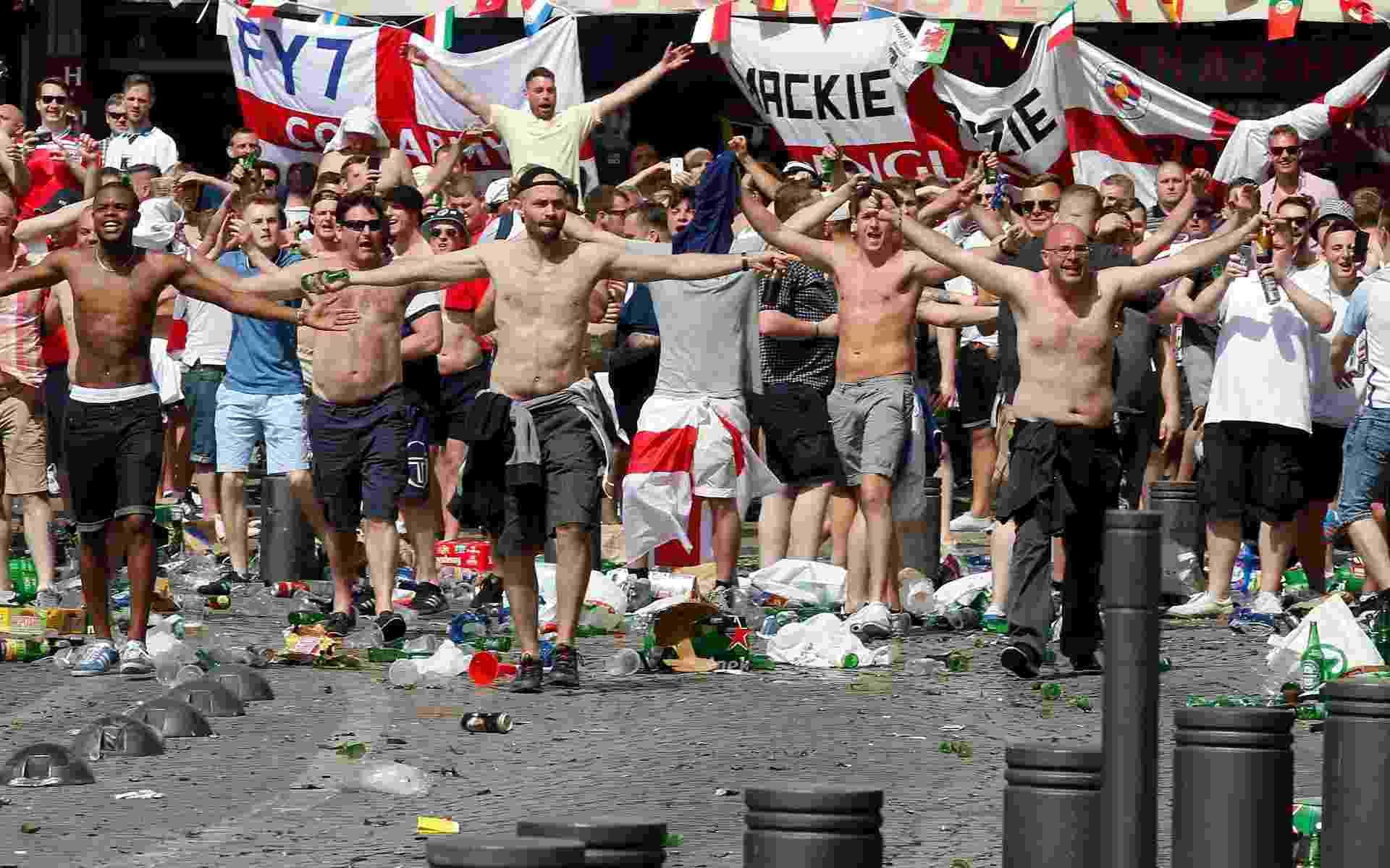 Torcedores vandalizam área próxima a estádio em Marselha, na França, pouco antes do duelo da Inglaterra contra a Rússia - JEAN-PAUL PELISSIER