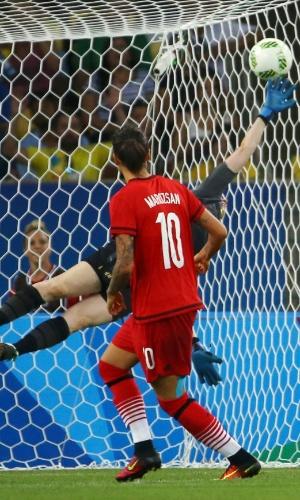 Dzsenifer Marozsan, da Alemanha, marca o primeiro gol da grande final do futebol feminino