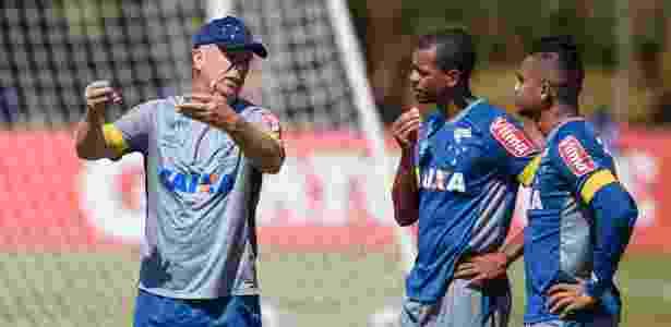 Edimar e Bryan (à direita) não são unanimidades no Cruzeiro - Pedro Vilela/Light Press/Cruzeiro