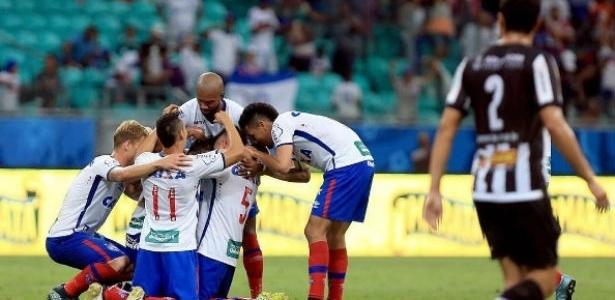 Jogadores do Bahia comemoram vitória sobre o Tupi