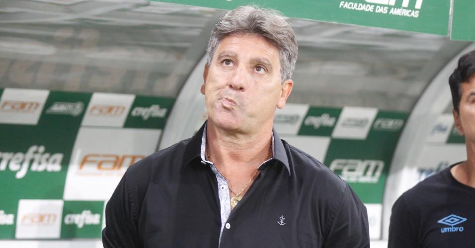 Renato Gaúcho se posiciona para a execução do hino nacional durante a partida entre Palmeiras e Grêmio