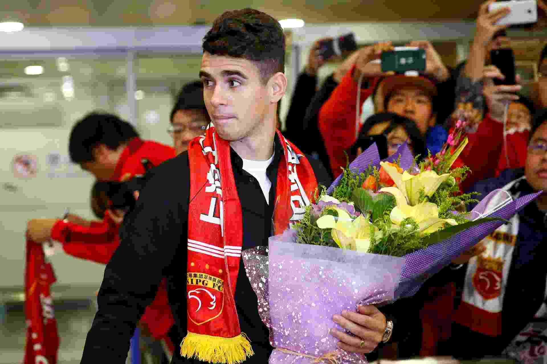 Oscar é recebido com festa por torcedores do Shanghai SIPG - REUTERS/Aly Song