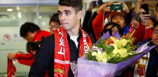 Oscar é recebido com festa por torcedores do Shanghai SIPG