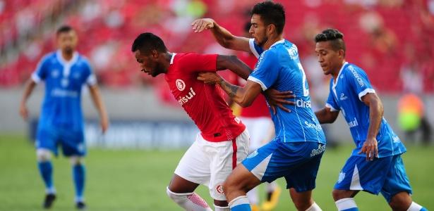 Diego, do Inter, tenta se livrar da marcação do Novo Hamburgo em duelo no Gauchão