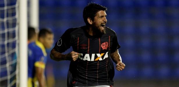 Lucho González vibra com gol marcado para o Atlético-PR