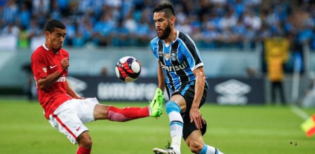 Marcelo Oliveira disputa bola com jogador do Inter em Gre-Nal