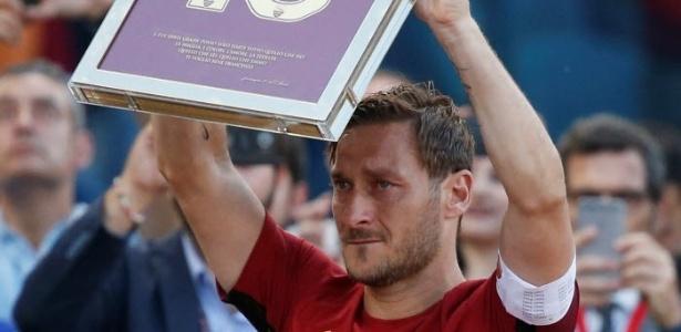 Totti recebe homenagem após seu último jogo pela Roma