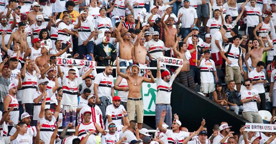 Torcida do São Paulo comparece em bom número ao Estádio Nilton Santos