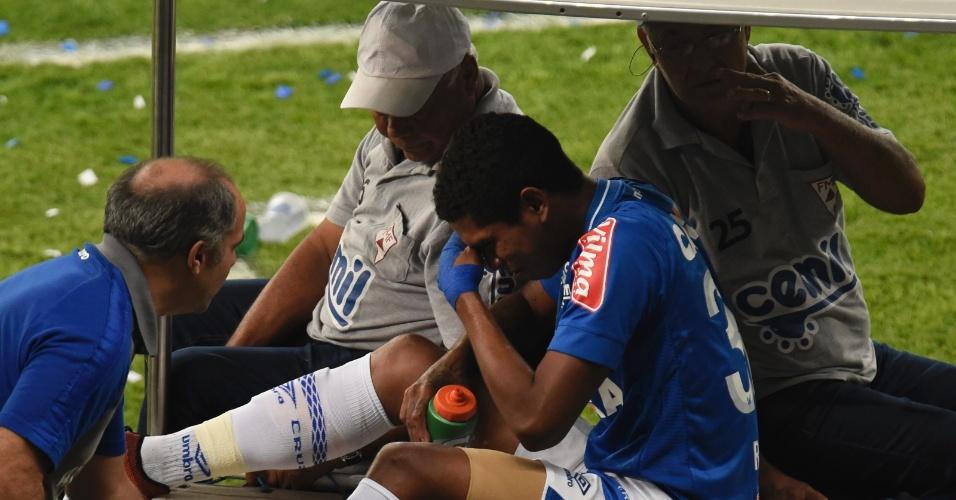 O cruzeirense Raniel se machucou no começo da final e deixou o campo chorando