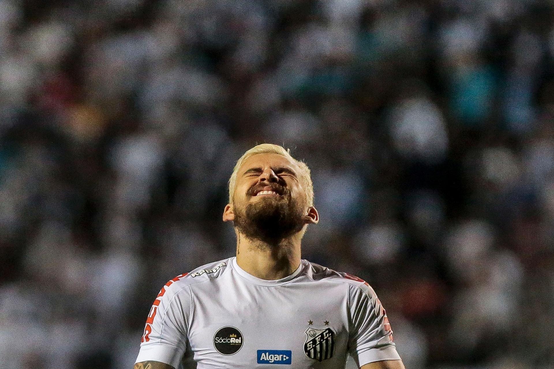 Santos busca empate duas vezes contra o Vitória e fica longe do Corinthians  - 16 10 2017 - UOL Esporte f5fe0acd6820c