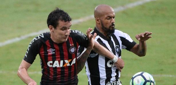 Bruno Silva, do Botafogo, em ação durante jogo contra o Atlético-PR - Fernando Soutello/AGIF