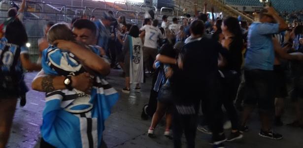 Gremistas comemoram, na Arena, segundo gol do time gaúcho contra o Lanús