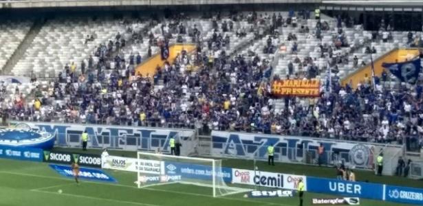 Detalhe da faixa erguida atrás de um dos gols do Mineirão; torcida acusa concessionária