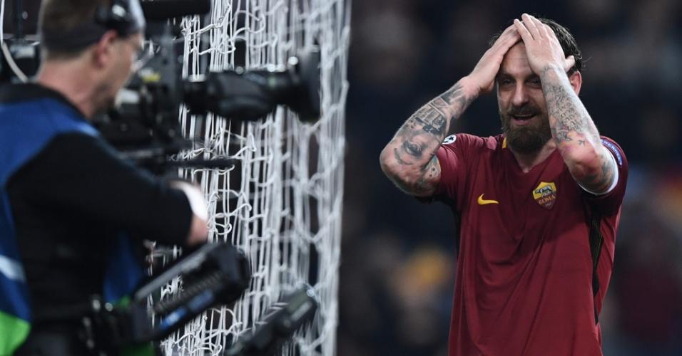 Aparentemente incrédulo, De Rossi comemora a vitória da Roma sobre o Barcelona