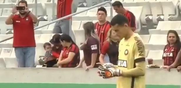 """Goleiro Santos usa celular no gramado: campanha do """"Maio Amarelo"""""""