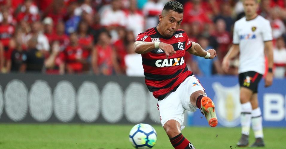 Fernando Uribe marca o quarto gol do Flamengo diante do Sport
