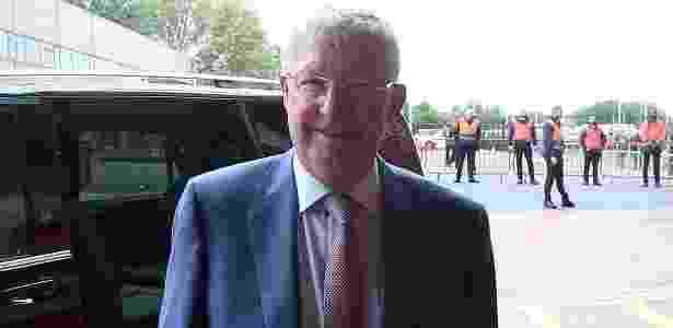Alex Ferguson posou para foto no momento em que chegou a Old Trafford - Reprodução/Twitter