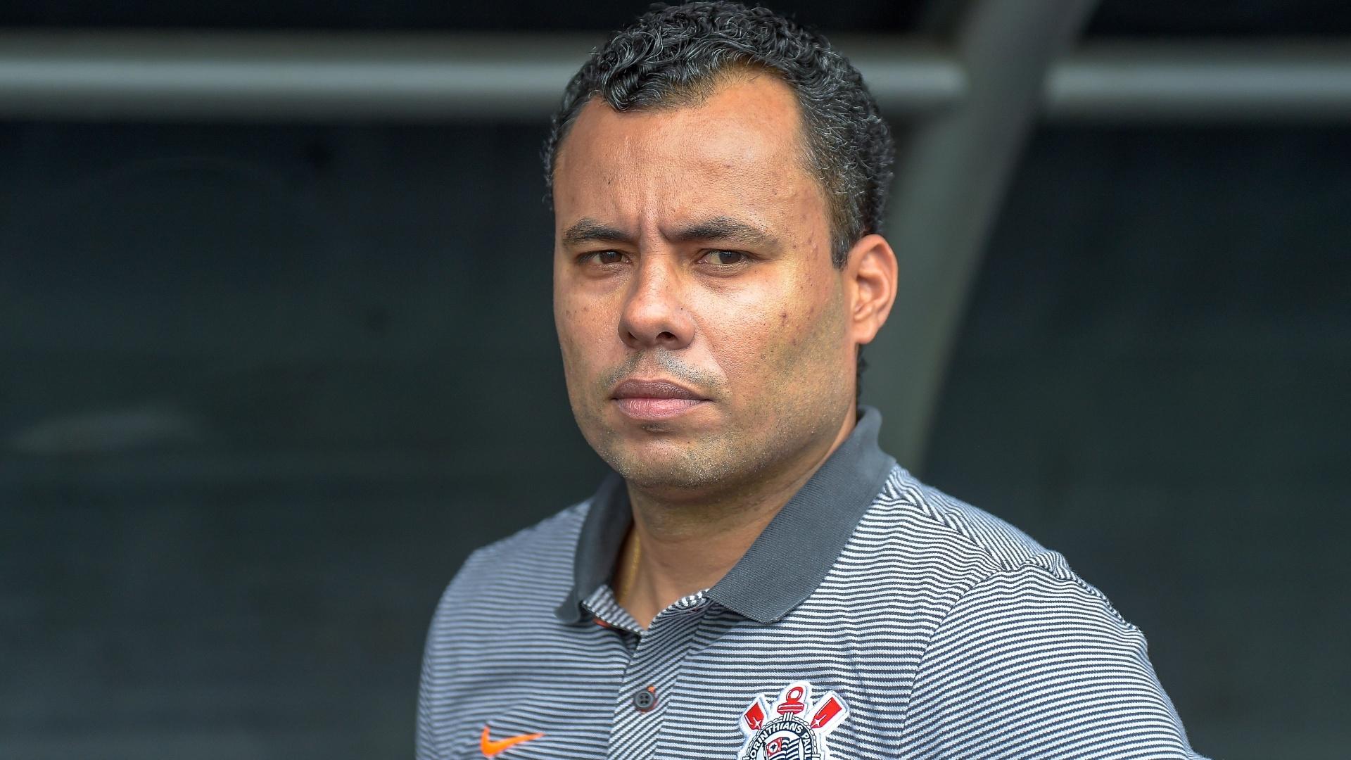 Jair Ventura observa o time do Corinthians durante jogo contra o Botafogo