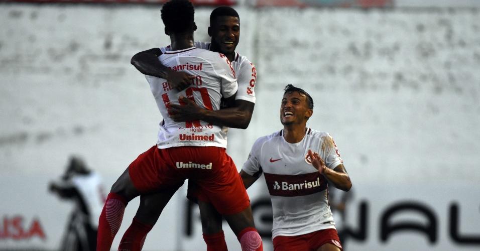 Emerson Santos comemora gol do Inter contra o São Luiz
