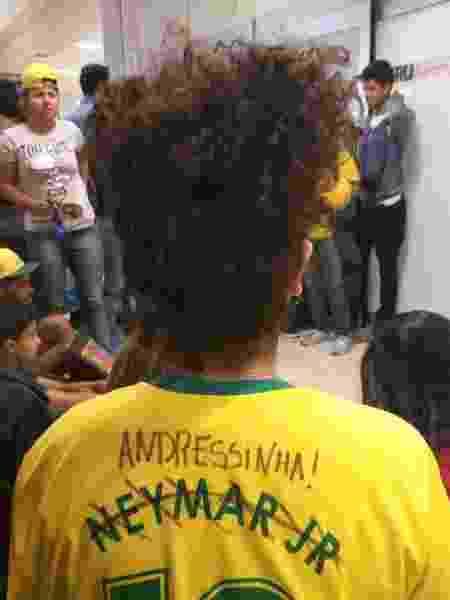 Gabriela Gomes, 20 anos, risca nome de Neymar para colocar o de Andressinha - Diego Salgado/UOL Esporte