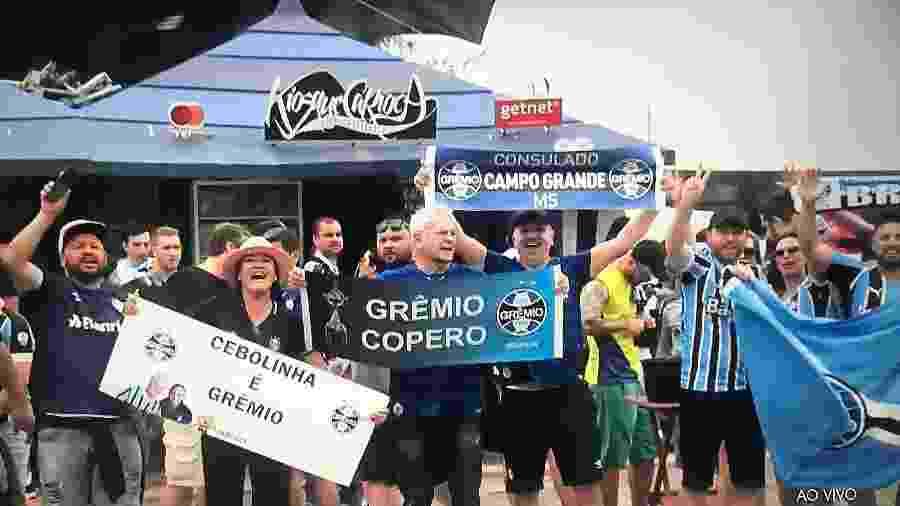 Torcida do Grêmio faz churrasco em frente ao hotel onde equipe está concentrada no Rio - Reprodução / TV Globo