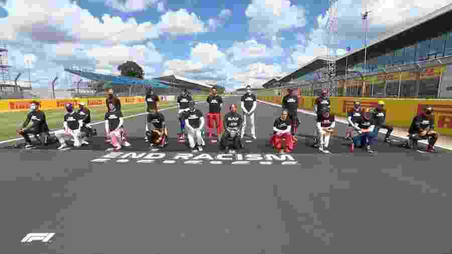 Pilotos protestam contra o racismo antes do GP da Inglaterra, em Silverstone - Divulgação