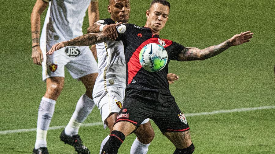 Ferrareis, do Atletico-GO, e Patric, do Sport, disputam bola durante partida válida pelo campeonato Brasileiro - Heber Gomes/AGIF