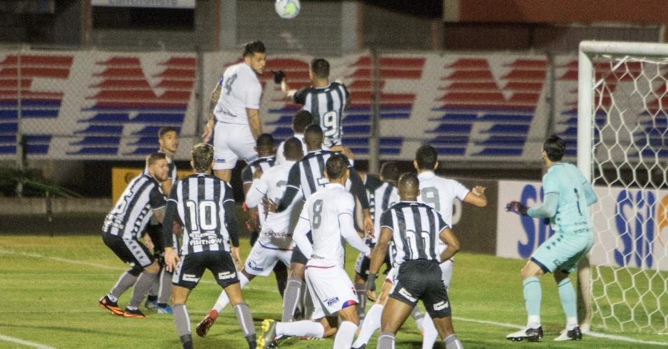 Pedro Raul, atacante do Botafogo, afasta de cabeça uma cobrança de escanteio a favor do Paraná