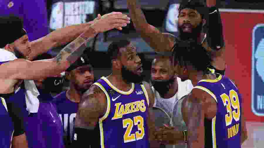 LeBron James comemora vitória sobre Nuggets com companheiros do Los Angeles Lakers - Kim Klement-USA TODAY Sports
