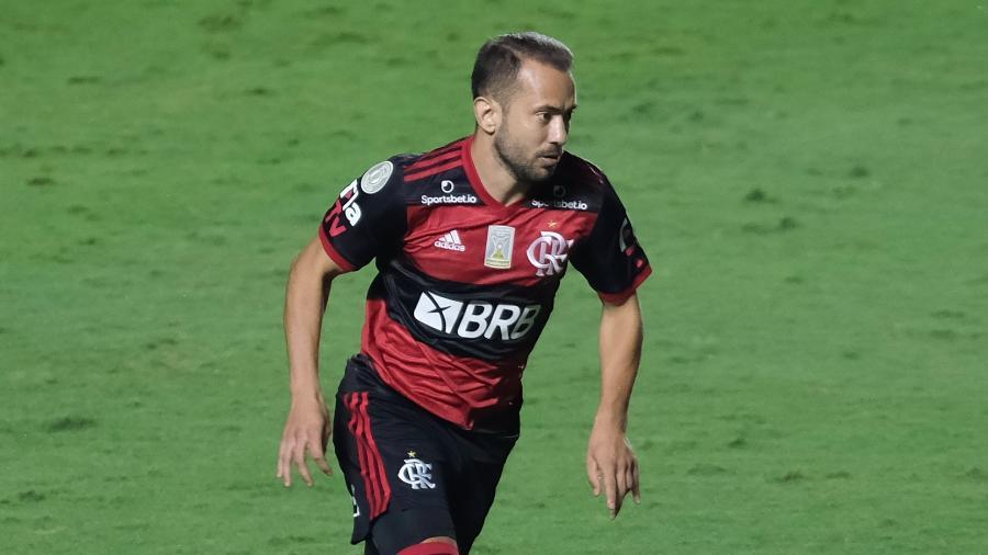 Éverton Ribeiro em ação durante São Paulo x Flamengo na rodada final do Campeonato Brasileiro - Marcello Zambrana/AGIF