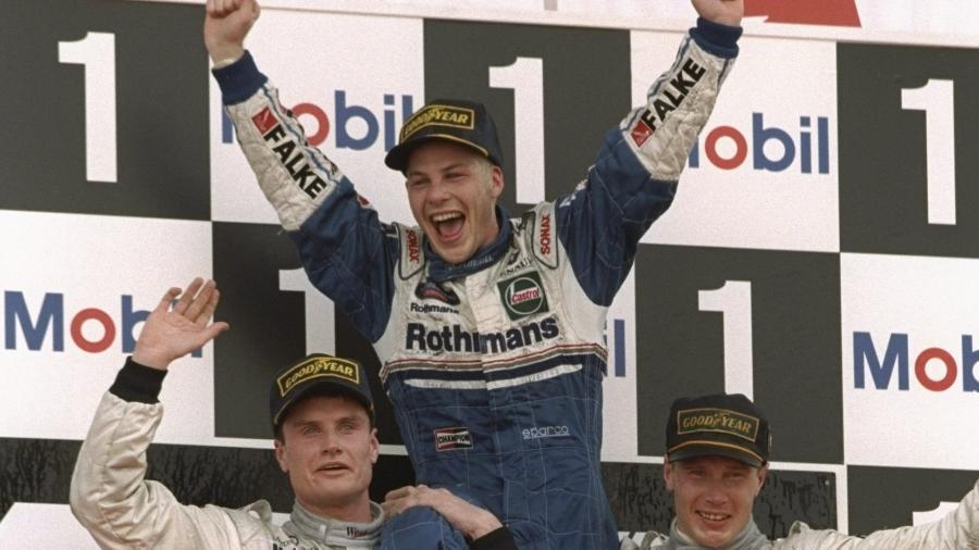 Jacques Villeneuve celebra o título da F-1 em 1997 nos ombros de David Coulthard e Mika Hakkinen - Fórmula 1/Twitter