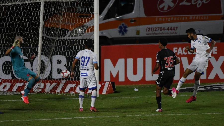 Getulio cabeceia para o gol do Vasco e vence Vanderlei que só observa o Avaí sair na frente do placar - ALEXANDRE BRUM/ENQUADRAR/ESTADÃO CONTEÚDO