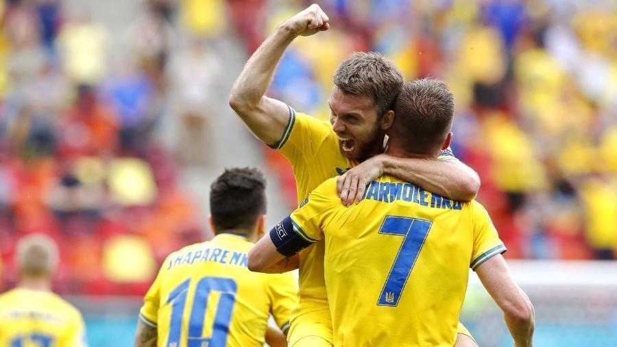 Jogadores da Ucrânia comemoram gol sobre a Macedônia do Norte na Eurocopa - EFE/EPA/Robert Ghement / POOL