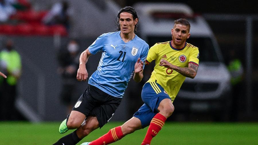 Cavani e Cuellar, durante a partida entre Uruguai e Colômbia - Mateus Bonomi/AGIF