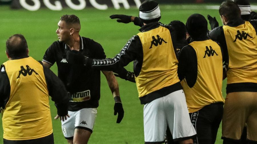 Jogadores do Botafogo comemoram gol de Rafael Navarro contra o Coritiba, pela 21ª rodada da Série B - Robson Mafra/AGIF