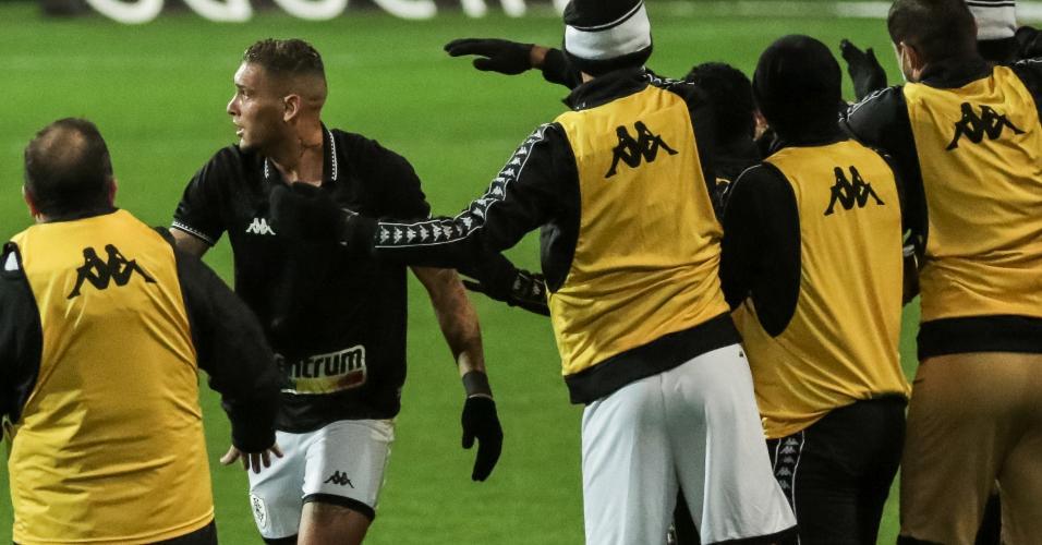 Jogadores do Botafogo comemoram gol de Rafael Navarro contra o Coritiba, pela 21ª rodada da Série B