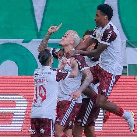 Jogadores comemoram o gol de Pedro - Marcello Zambrana/AGIF