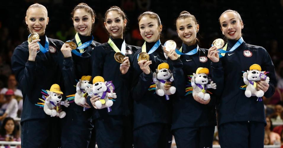 Sexteto dos Estados Unidos exibe a medalha de ouro conquistada na final com arcos e maças da ginástica rítmica