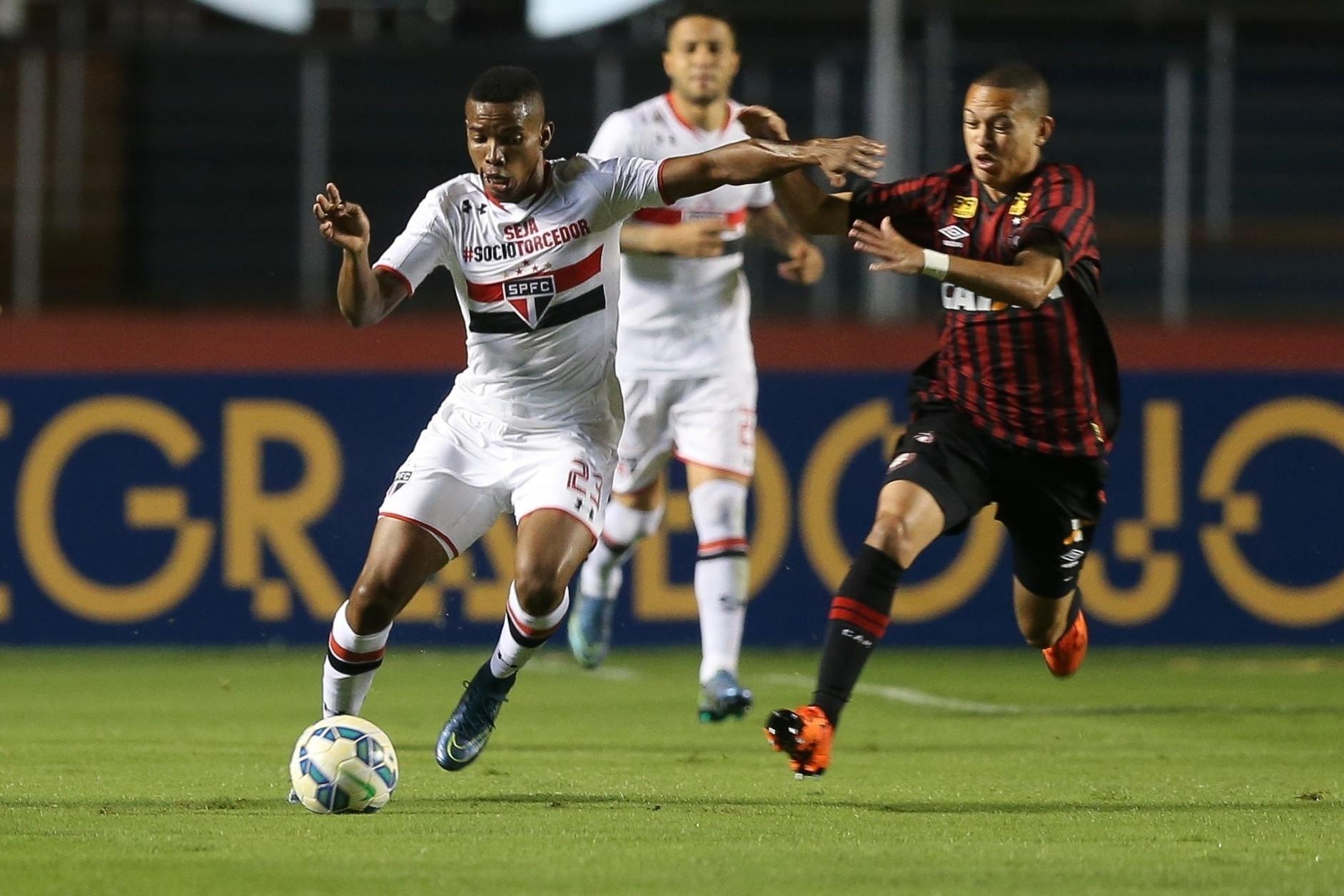 Thiago Mendes carrega a bola durante o jogo entre São Paulo e Atlético-PR