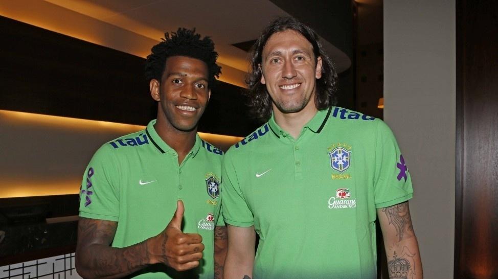 Corintianos Gil e Cássio trocam de uniforme e vestem o a camiseta da seleção brasileira